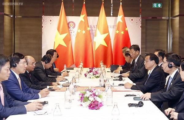 Thủ tướng Nguyễn Xuân Phúc gặp Thủ tướng Quốc vụ viện Trung Quốc Lý Khắc Cường. - Ảnh: VGP