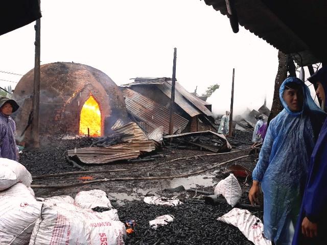 Nhiều lò than bốc cháy đã bị sập