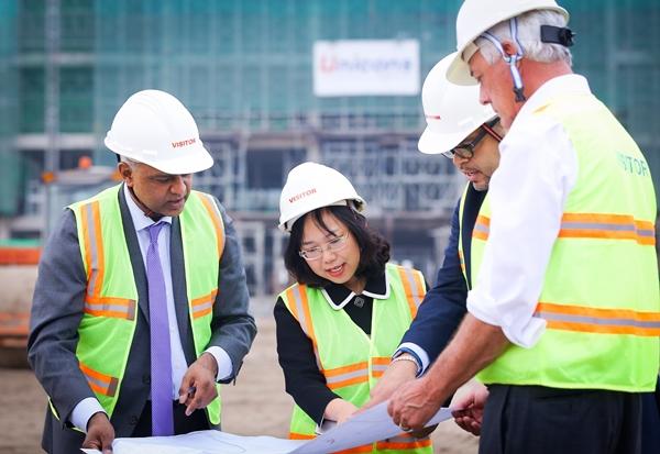 TS. Lê Mai Lan, GS. Rohit Verma cùng các  Giáo sư Cornell trên công trường xây dựng  trao đổi  về tiến độ xây ký túc xá và khu labs trong khuôn viên Đại học VinUni