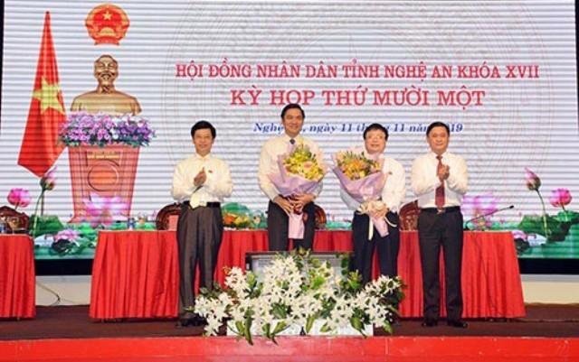 Ông Hoàng Nghĩa Hiếu và ông Bùi Đình Long nhận hoa chúc mừng của lãnh đạo tỉnh Nghệ An
