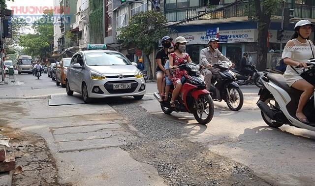 Hàng loạt tuyến đường giữa trung tâm Hà Nội đang bị… phá nát