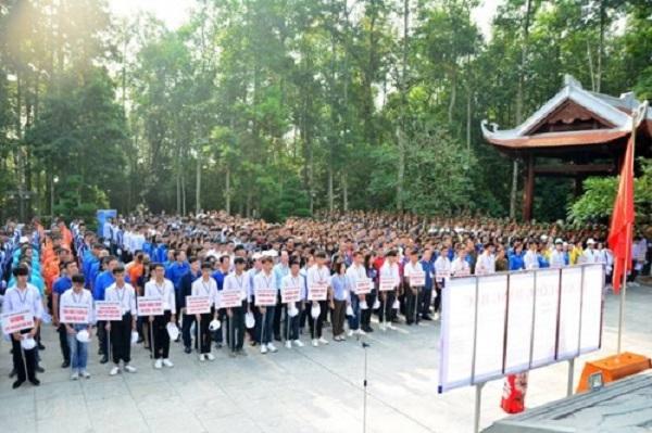 Hơn 1.200 nhà quản lý, đoàn viên, thanh niên, học sinh, sinh viên trong buổi phát động trồng đồi cây