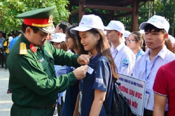 Đại diện Bộ Tư lệnh Bảo vệ Lăng Chủ tịch Hồ Chí Minh trao Huy hiệu Bác Hồ cho đại diện các đoàn tham dự chương trình