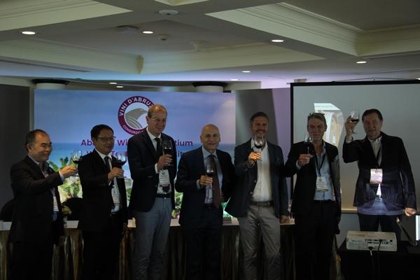Ông Antonio Alesandro (ở giữa), Đại sứ quán cấp cao Ý tại Hà Nội cùng các thành viên hiệp hội rượu vang vùng Abruzzo nâng ly chúc mừng thành công của buổi lễ (Ảnh: Tuấn Quang)