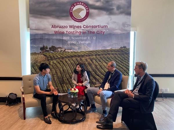 Cuộc trao đổi về chiến lược phát triển rượu vang vùng Abruzzo tại Việt Nam với ông Valentino Di Campli, Chủ tịch Hiệp hội rượu vang Abruzoo (thứ 2 từ phải sang) (Ảnh: Tuấn Quang)