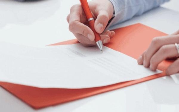 Trước khi mua mỹ phẩm trả góp khách hàng cần đọc kỹ điều khoản mua hàng trả góp (Ảnh minh họa)
