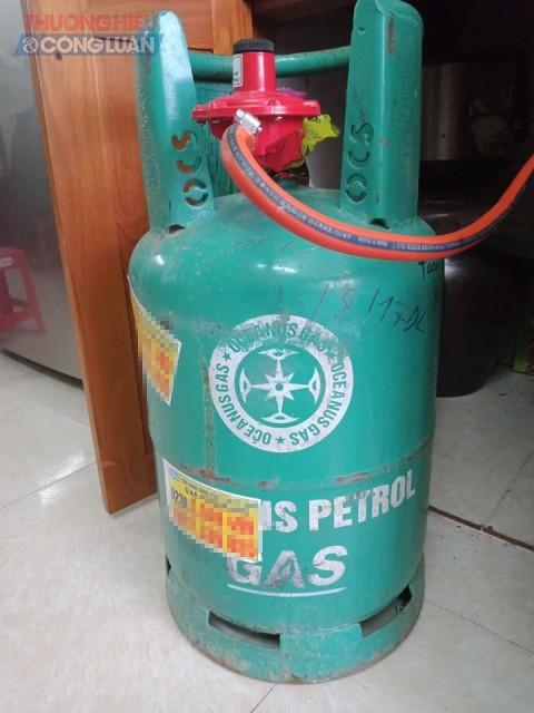 Tờ rơi quảng cáo là nhãn hàng gas Petrolimex nhưng thực tế vỏ bình lại là của một hãng gas khác được bán với giá thấp hơn.