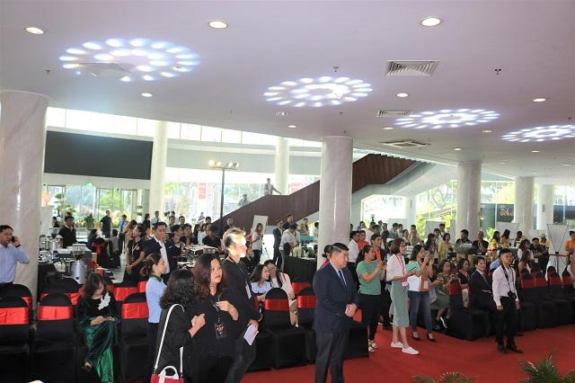 Đông đảo khách tham quan Foodexpo tới theo dõi cuộc thi