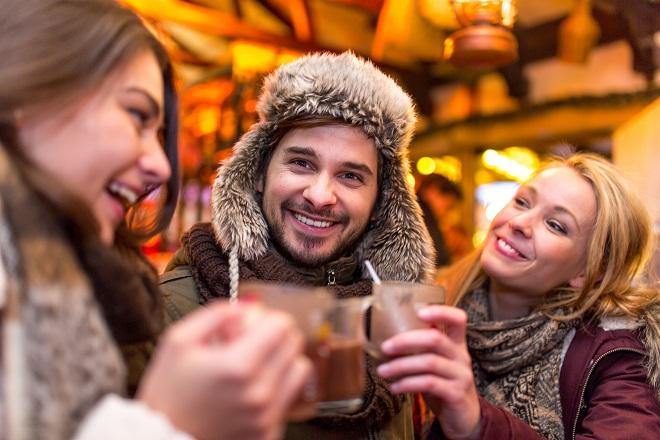 """Tại Ski Ninh Chữ Bay, trải nghiệm tuyết vẫn rất """"ấm áp"""" khi cùng bạn bè thưởng thức chocolate nóng"""