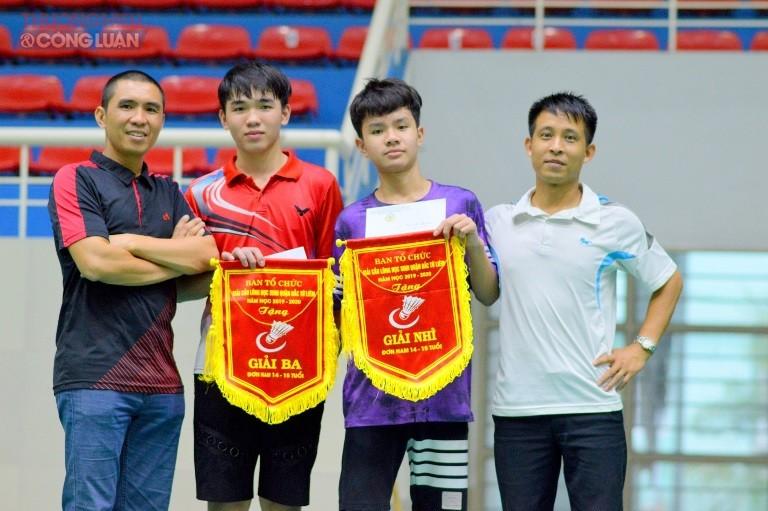 Hai học sinh Nguyễn Quang Bách và Ngô Văn Phước giành 1 giải Ba và 1 giải Nhì môn Cầu lông.