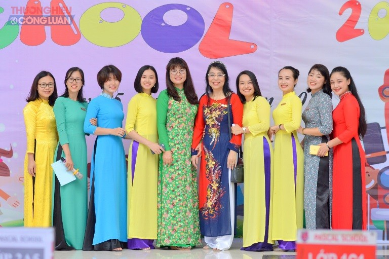 Chị Lê Thị Thanh Nhàn – Hiệu trưởng (áo xanh, ở giữa) khẳng định quyết tâm của trường Pascal trong năm học 2019 – 2020.