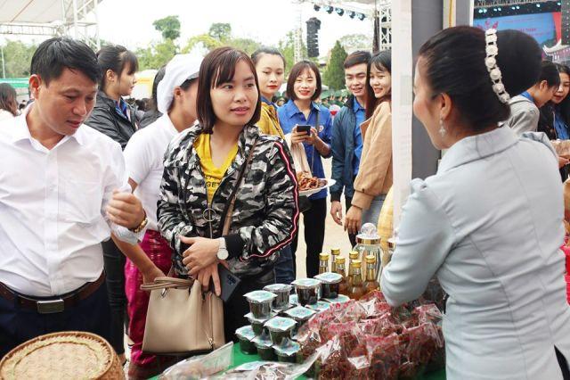 """Chương trình """"Thắm tình hữu nghị đặc biệt Việt - Lào"""" lần thứ II là một trong các hoạt động có ý nghĩa thiết thực Kỷ niệm 57 năm Ngày thiết lập quan hệ ngoại giao (1962-2018), kỷ niệm 42 năm ký kết Hiệp ước Hữu nghị và hợp tác giữa hai nước (1977 - 2019)."""
