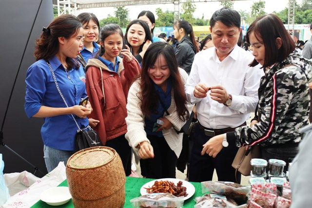 Các món ăn đặc sản của nước bạn Lào giới thiệu trong ngày khai mạc chương trình