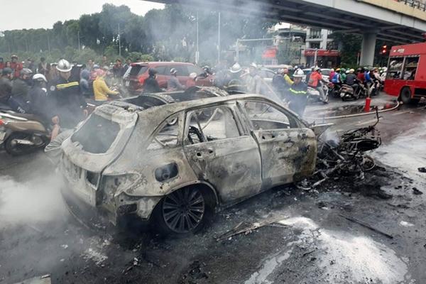 Chiếc Mercedes GLC 250 cháy rụi sau va chạ (Ảnh Zing.vn)