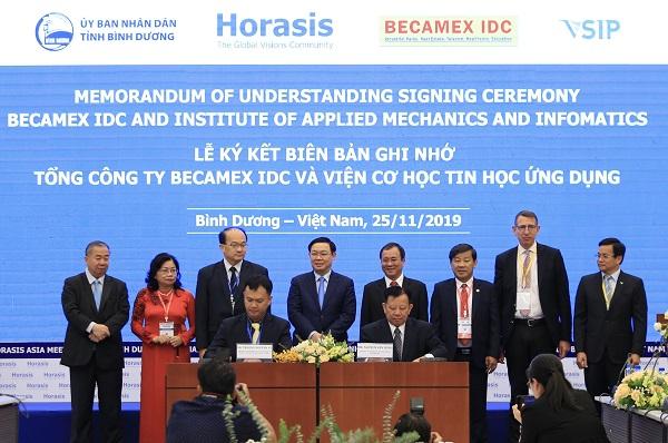 Lễ ký kết Biên bản ghi nhớ hợp tác Tổng Công ty Becamex IDC và Trường Đại học Quốc gia Singapore. Ảnh: M.Khánh