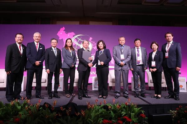 Tập đoàn T&T Group, đại diện bởi ông Doãn Tuấn Anh, Phó Tổng giám đốc (thứ năm từ trái sang) và Tập đoàn YCH, đại diện bởi Bà Chan Yoke Ping, Giám đốc khu vực (thứ năm từ phải sang) trao Biên bản ghi nhớ hợp tác dưới sự chứng kiến của Hội đồng tư vấn kinh doanh ASEAN
