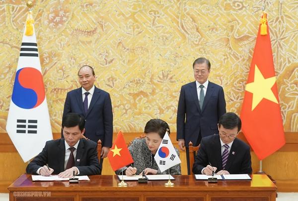 Thủ tướng hai nước chứng kiến lễ ký kết văn kiệp hợp tác giữa hai bên (Ảnh: VGP/Quang Hiếu)