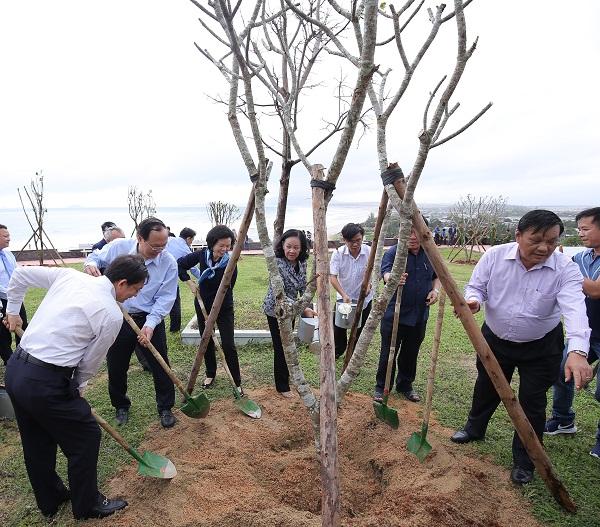 Bà Trương Thị Mai - Ủy viên Bộ Chính trị, Bí thư Trung ương Đảng, Trưởng ban Dân vận Trung ương cùng các đại biểu thực hiện nghi thức trồng cây của chương trình Quỹ 1 triệu cây xanh cho Việt Nam.