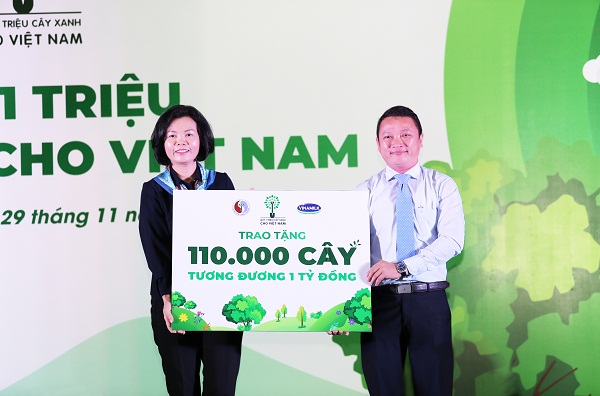 Bà Bùi Thị Hương – Giám đốc Điều hành Nhân sự, Hành chính & Đối ngoại Vinamilk trao bảng tượng trưng tặng 110.000 cây xanh của Quỹ 1 triệu cây xanh cho Việt Nam cho đại diện tỉnh Bình Định.