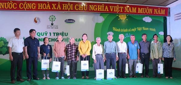 Bà Trương Thị Mai - Ủy viên Bộ Chính trị, Bí thư Trung ương Đảng, Trưởng ban Dân vận Trung ương cùng các đại biểu trao tặng 10 phần quà của Ban Tổ chức cho các gia đình thuộc diện chính sách của tỉnh Bình Định.