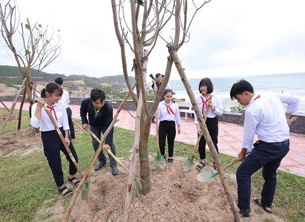 Các em học sinh và đoàn thanh niên tỉnh Bình Định tham gia trồng cây, chung tay bảo vệ môi trường tỉnh Bình Định.