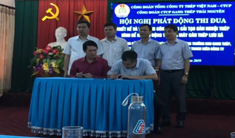 Các đồng chí đại diện Lãnh đạo Công đoàn Tổng Công ty, Lãnh đạo Công ty chứng kiến ký kết giao ước thi đua của các phòng ban, phân xưởng Nhà máy  Cán thép Lưu Xá