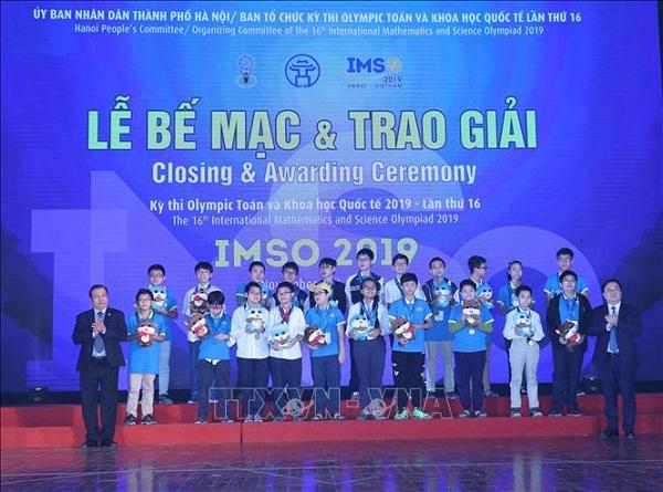 Trao huy chương Vàng môn Toán cho học sinh bảng B đạt giải.