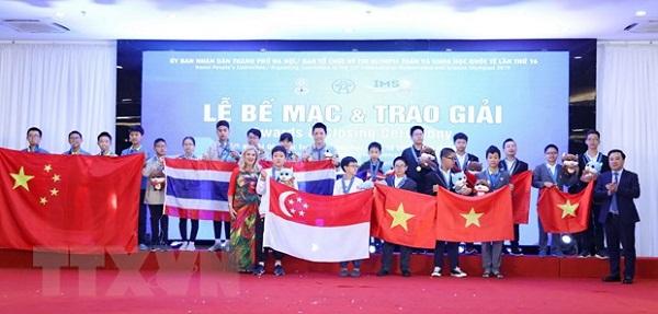 Trao huy chương vàng môn Toán cho các thí sinh đoạt giải của bảng A.