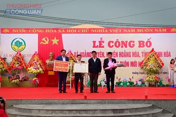 Đồng chí Trần Đức Năng – Phó chánh Văn phòng điều phối NTM trao bằng công nhận xã đạt chuẩn NTM cho Đảng bộ và nhân dân xã Hoằng Xuyên