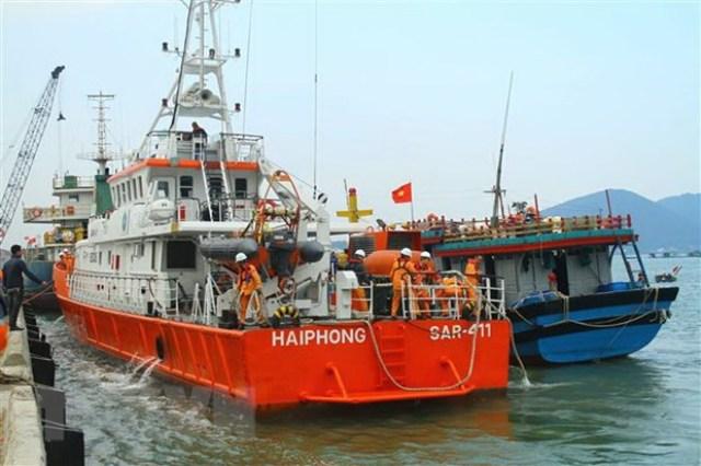 Tàu NĐ 92656 TS được lai dắt đưa vào cập cảng Cửa Lò (Nghệ An) an toàn