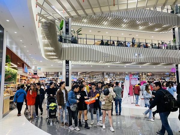 Đông đảo khách tham quan, mua sắm trong ngày khai trương AEON MALL Hà Đông