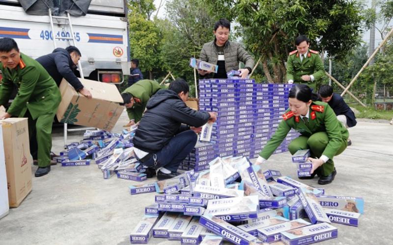 10.000 bao thuốc lá lậu trên xe tải