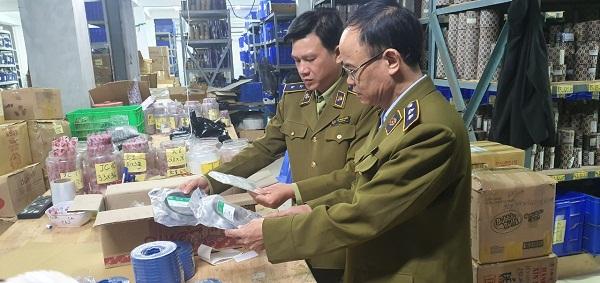 Quản lý thị trường kiểm tra cở sở kinh doanh phớt tại Hoàng Mai ngày 11/12