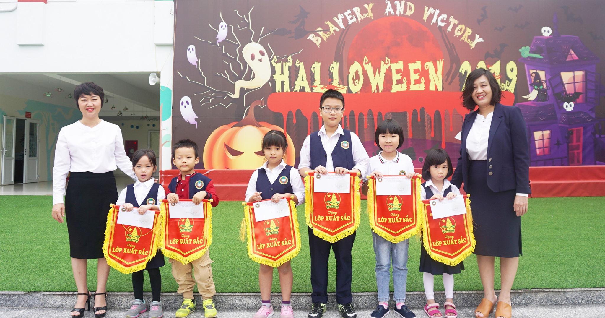 PGS.TS Nguyễn Thị Ngân Hoa (bìa phải) Chủ tịch HĐQT Vic Group- Chuyên gia giáo dục nổi tiếng