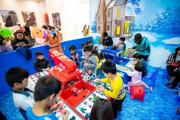 Không gian vui chơi trong TTTM Vincom+ Thị xã Phú Thọ chật kín khách hàng nhỏ tuổi ngay ngày đầu khai trương.