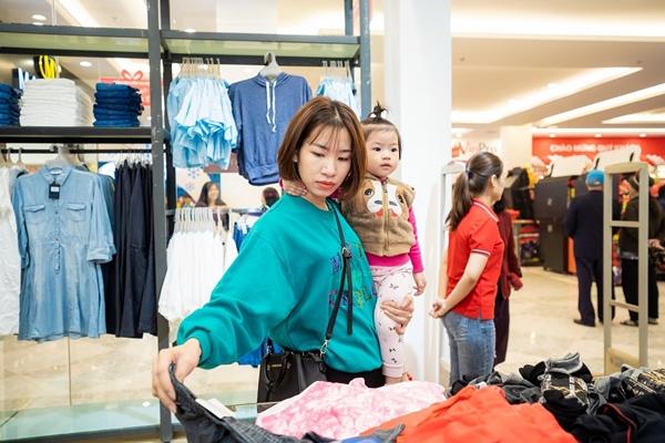 Khách hàng háo hức đón chào các thương hiệu mua sắm mới như The Blues, Amua Fashion, Taisodo, Mandino,… ngay tại cùng một địa điểm với mức giá hợp lý và sản phẩm chất lượng cao.