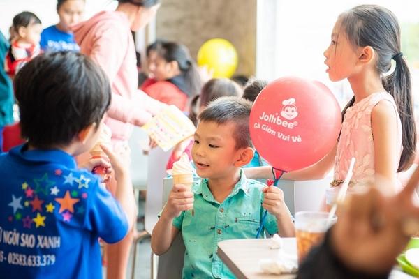 Thưởng thức kem tại khu ẩm thực trong thời tiết nắng ấm cuối tuần được các bạn nhỏ yêu thích