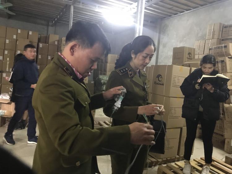 Lực lượng QLTT Bắc Ninh tiếp tục phối hợp với các cơ quan liên quan kiểm tra hàng hóa tại Công ty cổ phần Thiết bị y tế Hải Nam ngày 20/12. Ảnh: DMS.