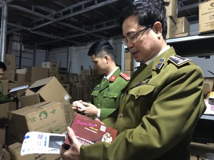 Tịch thu hàng chục tấn thiết bị y tế để điều tra nguồn gốc xuất xứ tại Công ty Hải Nam. Ảnh: DMS.