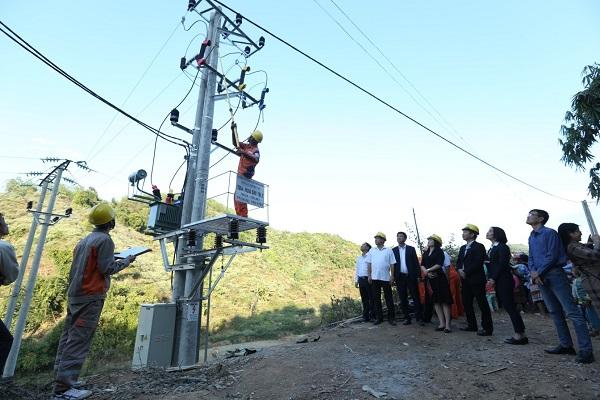 Công nhân Điện lực Mường Nhé thao tác đóng SI trạm biến áp