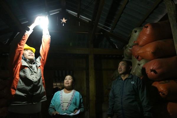 Vợ chồng anh Hạng A Tà - bản Hua Sin 2 vui mừng đón ánh điện vào nhà
