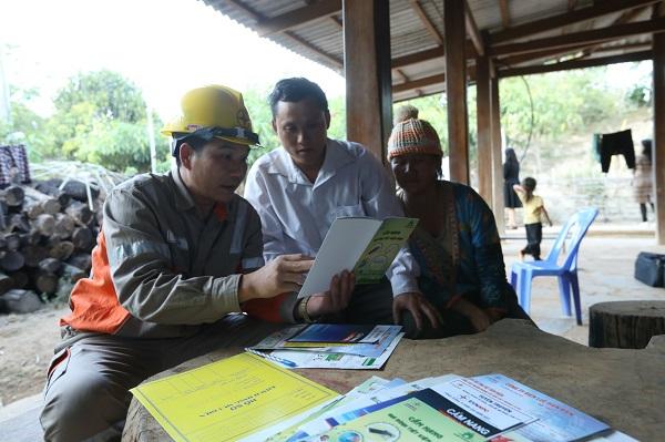 Công nhân Điện lực Mường Nhé hướng dân người dân cách sử dụng điện an toàn, tiết kiệm
