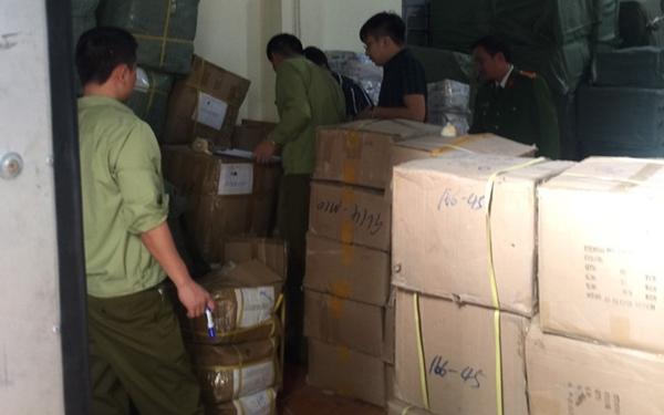 Lực lượng chức năng đang kiểm đếm hàng hóa tại Kho hàng Công ty CP Thiết bị y tế Hải Nam (Ảnh Cục QLTT)