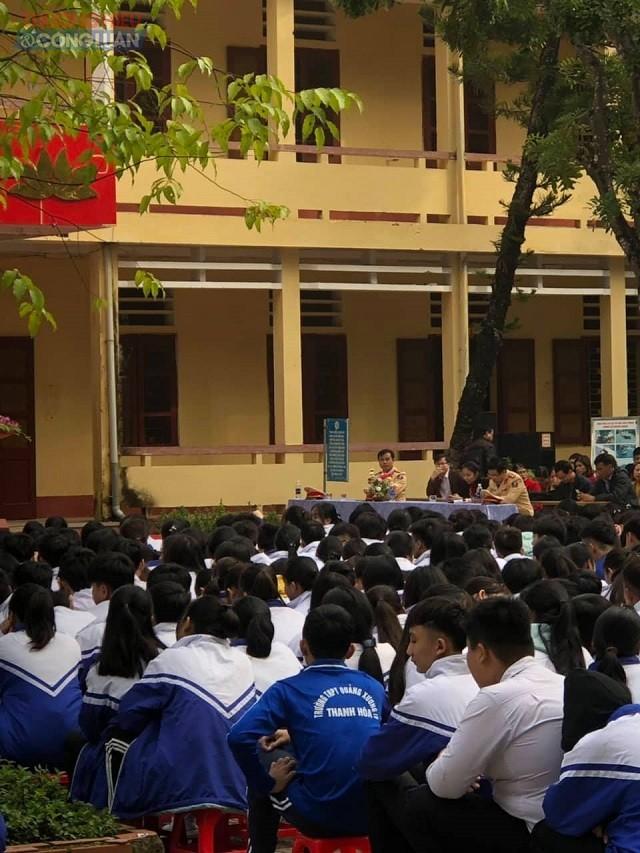 Các em học sinh rất chú ý lắng nghe và có phần giao lưu sôi nổi với các tuyên truyền viên