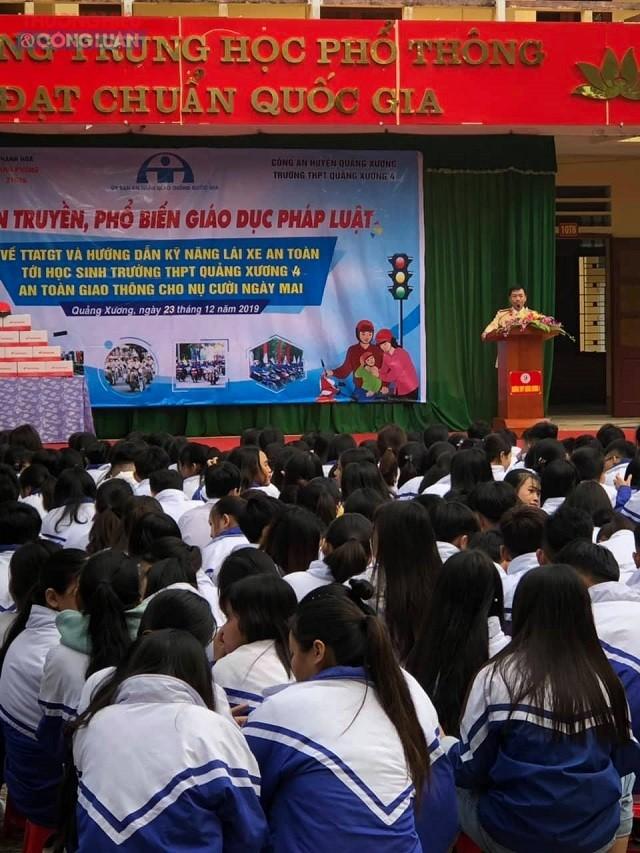Các tuyên truyền viên của Công an huyện Quảng Xương đã giúp các em học sinh nâng cao nhận thức về văn hóa khi tham gia giao thông