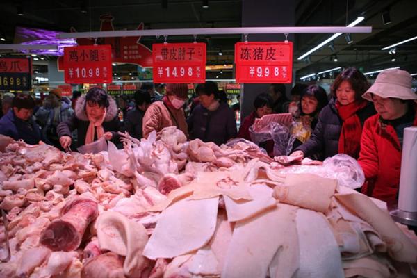 Người dân mua thịt lợn trong một siêu thị mới khai trương ở Tân Châu, tỉnh Sơn Đông, Trung Quốc, hôm 19/12 (Ảnh: Getty)