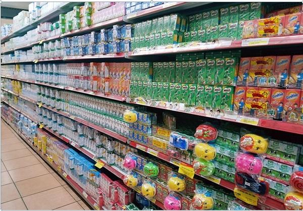 Khu vực bán sữa tại các siêu thị với rất nhiều thương hiệu trong và ngoài nước