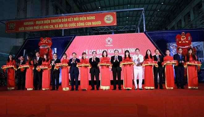 Các đại biểu cắt băng khánh thành Nhà máy sản xuất máy biến áp truyền tải 220-500kV.