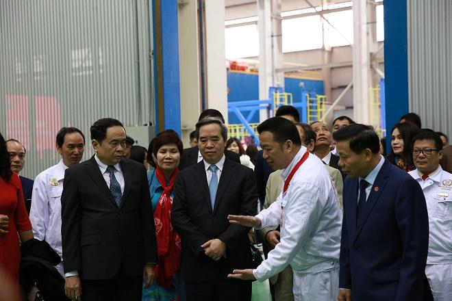 Ông Mẫn Ngọc Anh, Chủ tịch Hội doanh nhân trẻ tỉnh Bắc Ninh, Chủ tịch Tập đoàn Hanaka giới thiệu với các đại biểu về quá trình sản xuất máy biến áp.