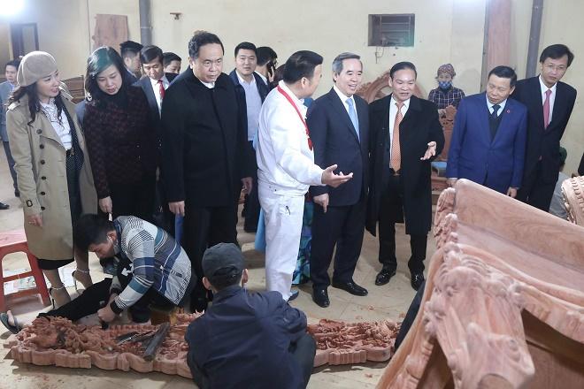 Các đại biểu thăm khu làng nghề đồ gỗ mỹ nghệ Đồng Kỵ, Bắc Ninh.